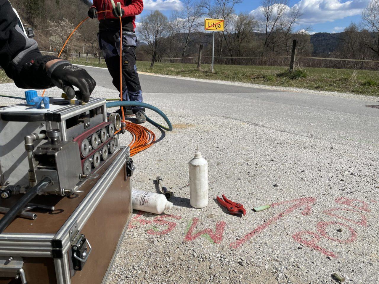 V občini Litija poteka vpihovanje optičnih kablov