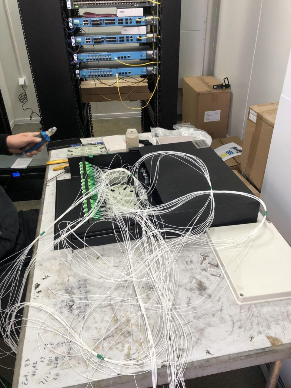 Povezovanje optičnih vlaken z napravami v vozlišču na Otočcu